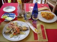 Spaghetti, frutta di mare, pane e vino!